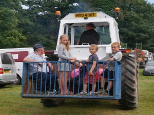 Tractor&family-800x600